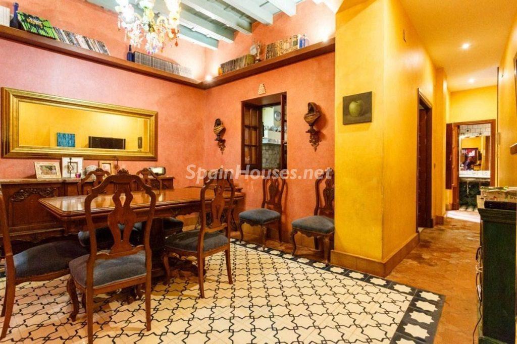 salon comedor 5 1024x682 - Color tierras florentinas y sabor urbano en una casa en el Casco Antiguo de Sevilla