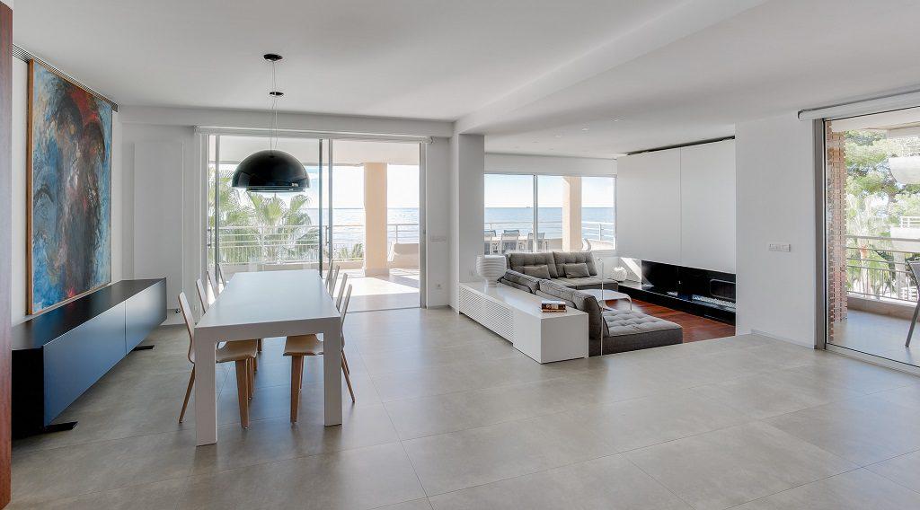 salon comedor 9 1024x568 - Piso en Benicasim (Castellón): serenidad sencilla y blanca junto al mar