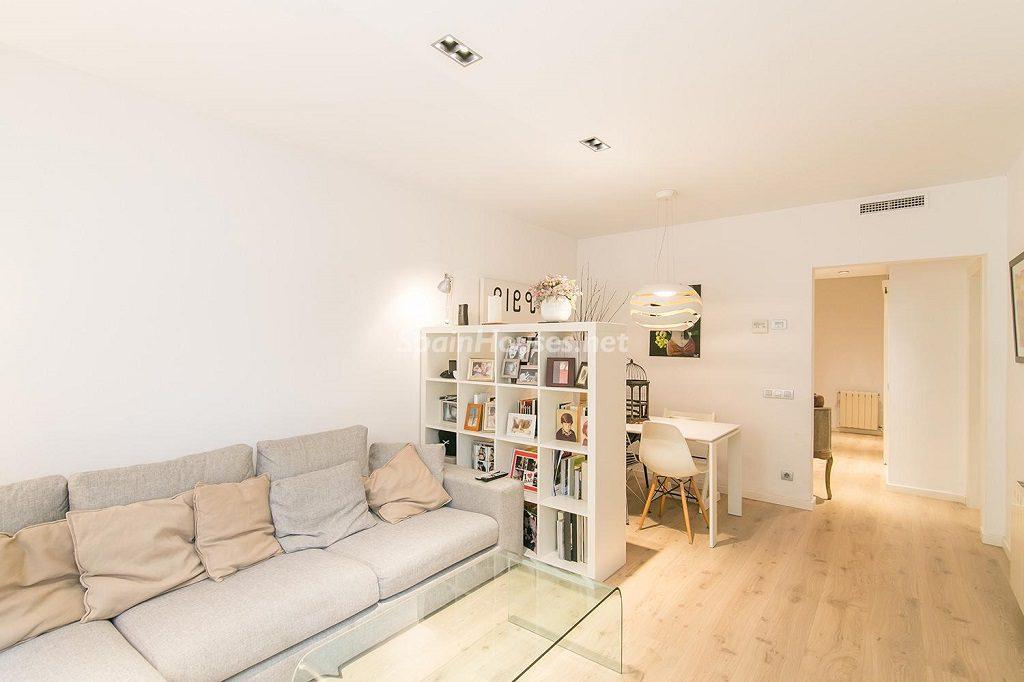 salon comedor1 1 1024x682 - Coqueto piso de diseño en Barcelona (Santa Creu i Sant Pau) con un genial patio para disfrutar