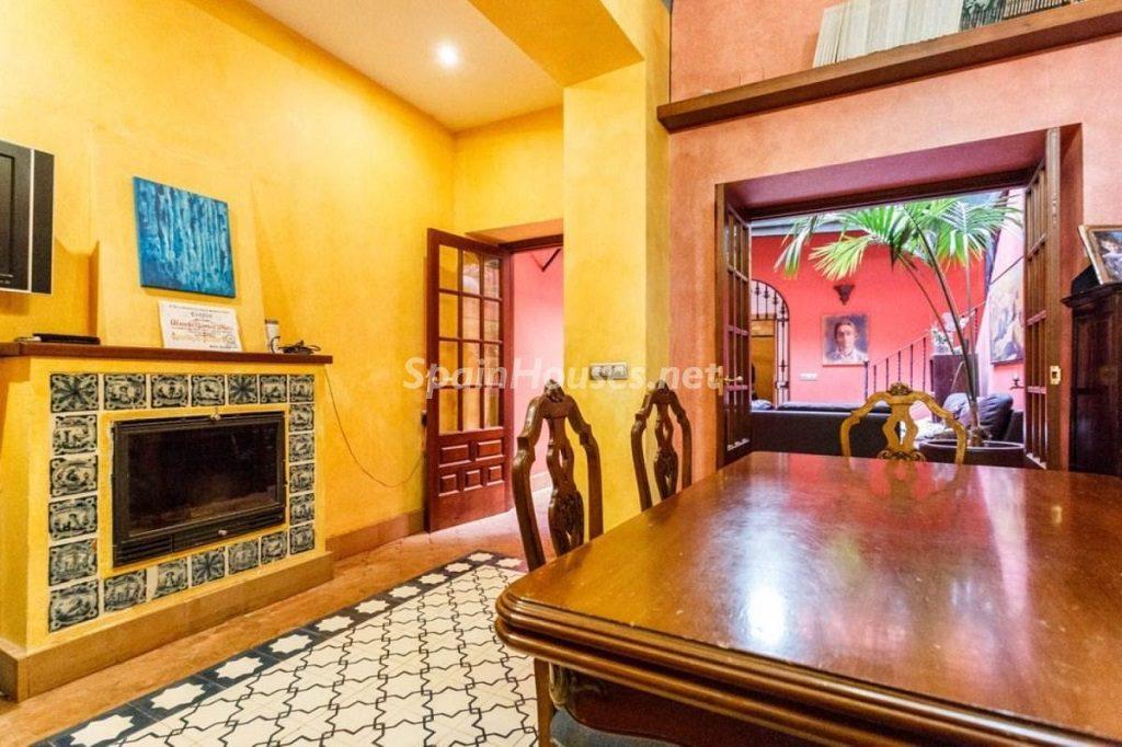 salon comedor1 2 1024x682 - Color tierras florentinas y sabor urbano en una casa en el Casco Antiguo de Sevilla
