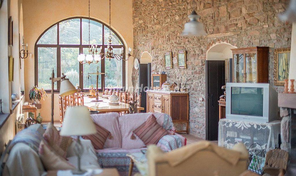 salon comedor1 3 1024x608 - Masía en la montaña: una escapada a la naturaleza a 33 km de Barcelona