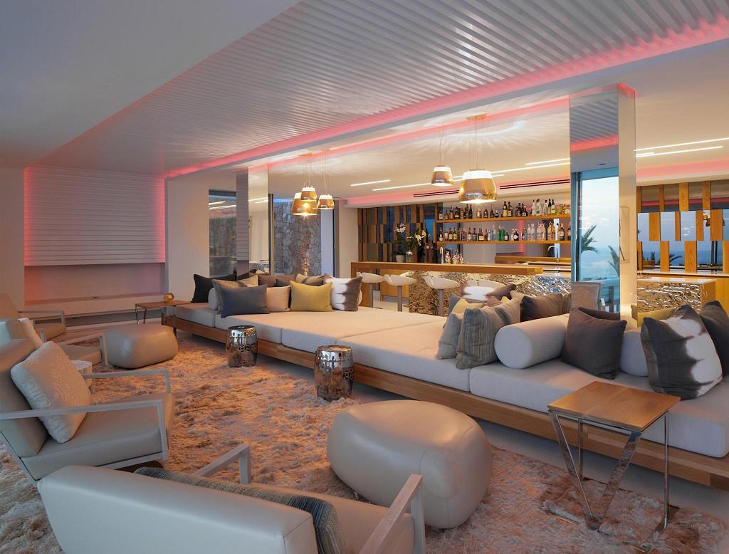 salon nocturna 1024x778 - Espectacular y moderna villa en Roca LLisa (Ibiza): sereno minimalismo con vistas