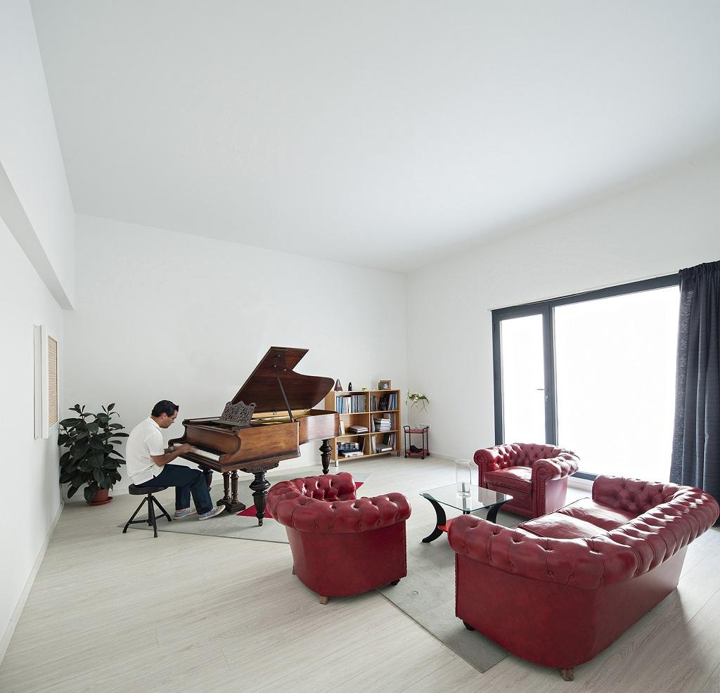 salon piano - Preciosa casa en Granada de líneas puras y blanco minimalista
