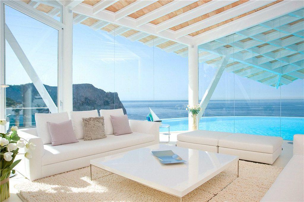 salon piscinayvistas 1024x683 - Espectacular villa en Puerto de Andratx (Mallorca), con un fantástico diseño de gaviota