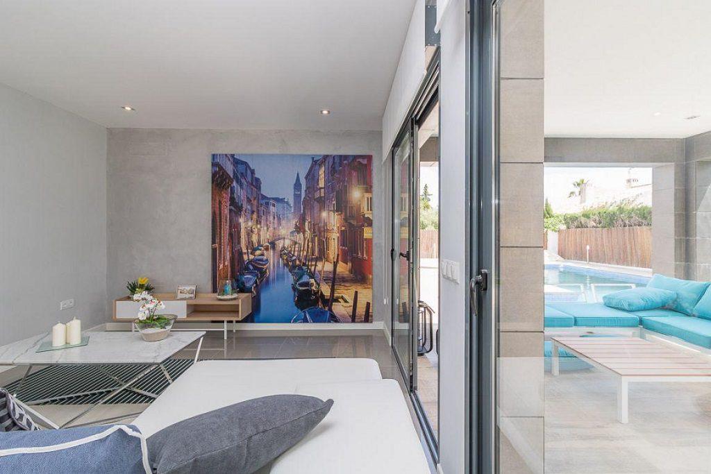 salon porche 1024x683 - Preciosa casa de diseño en Orihuela Costa (Costa Blanca), en 2ª línea de playa