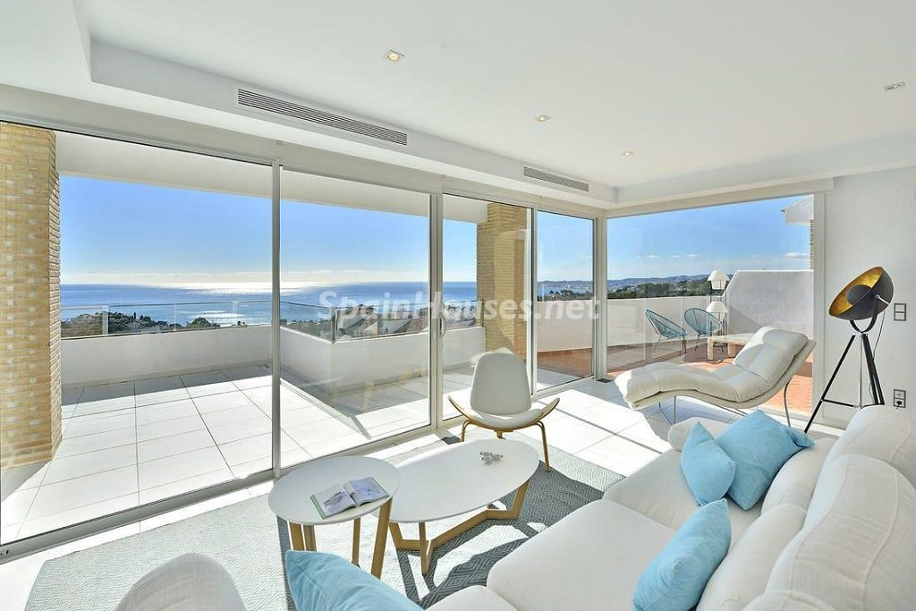 salon terraza 1 1024x683 - Precioso toque nórdico a estrenar con vistas al mar en Benalmádena (Costa del Sol, Málaga)