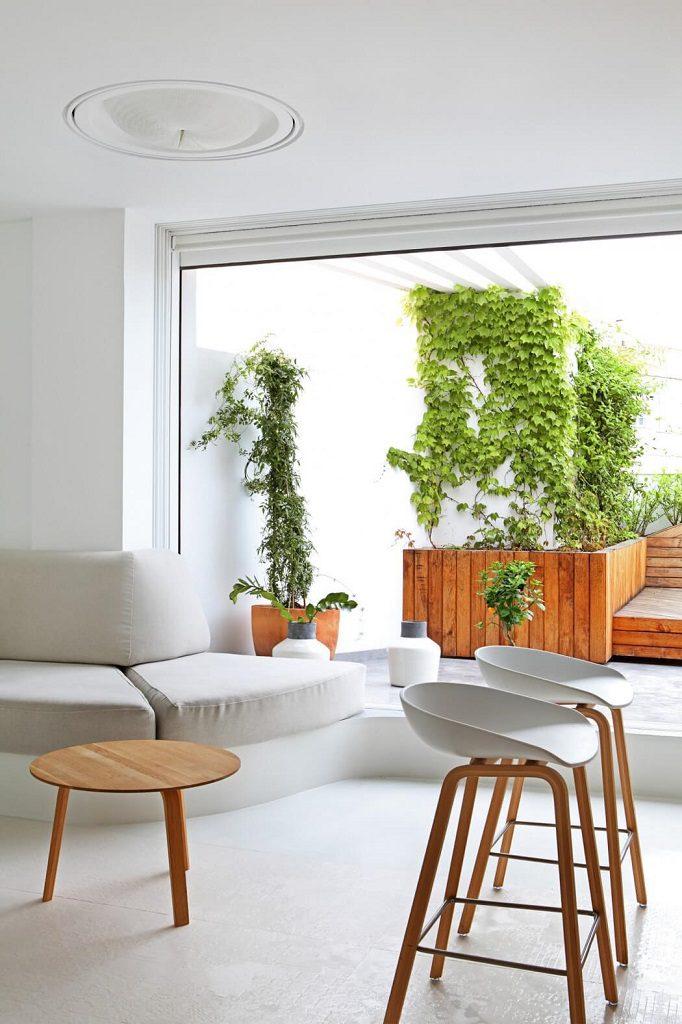 salon terraza 682x1024 - Precioso ático de diseño en Valencia: 70 metros de luz, funcionalidad y encanto