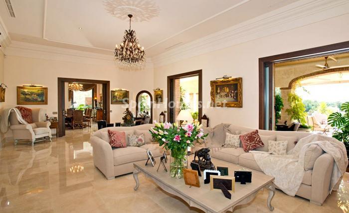salon1 14 - Espectacular villa llena de romanticismo, elegancia y lujo en Benahavís (Costa del Sol)
