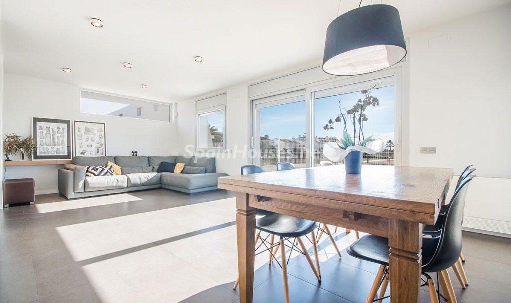 salon1 15 1024x608 - Diseño escandinavo en una soleada casa junto a la playa en Cambrils (Costa Dorada)