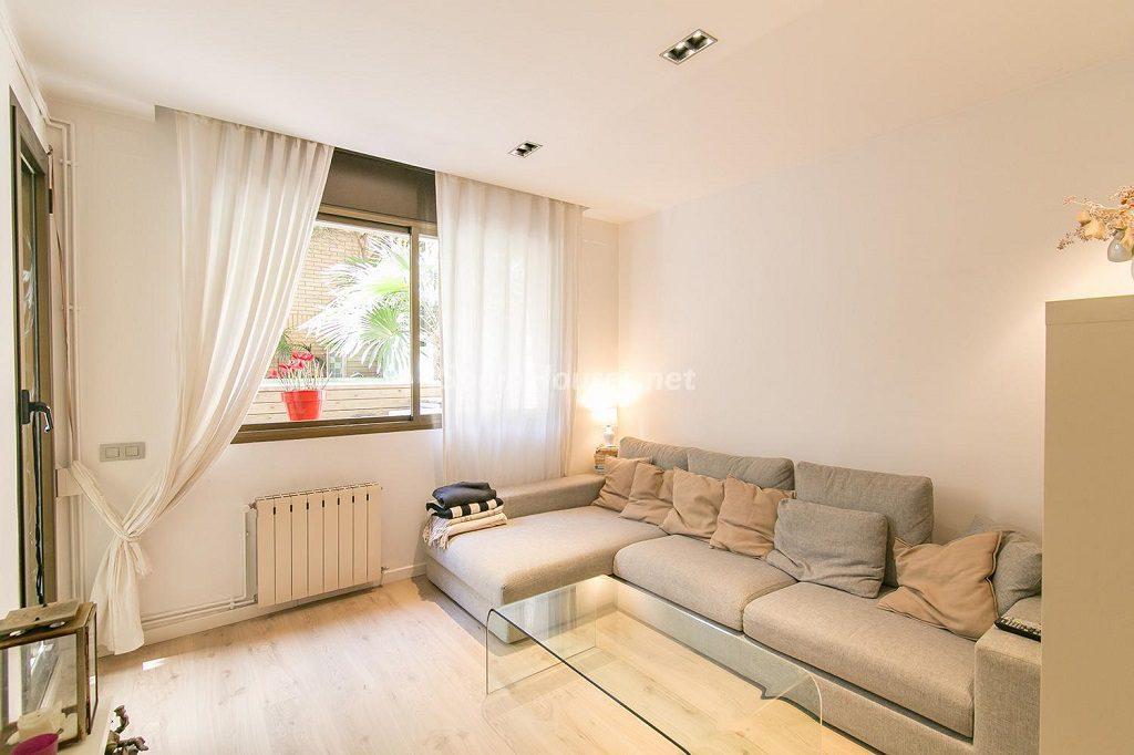 salon1 16 1024x682 - Coqueto piso de diseño en Barcelona (Santa Creu i Sant Pau) con un genial patio para disfrutar