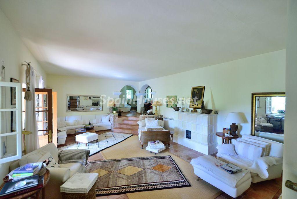 salon1 26 1024x685 - Lujo rústico, naturaleza y encanto en una romántica villa en San José, Ibiza (Baleares)
