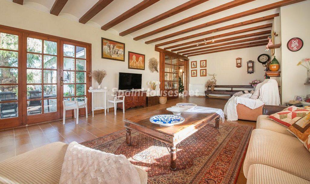 salon1 32 1024x608 - Preciosa casa rústica entre viñedos y naturaleza en el Bajo Penedés, Tarragona