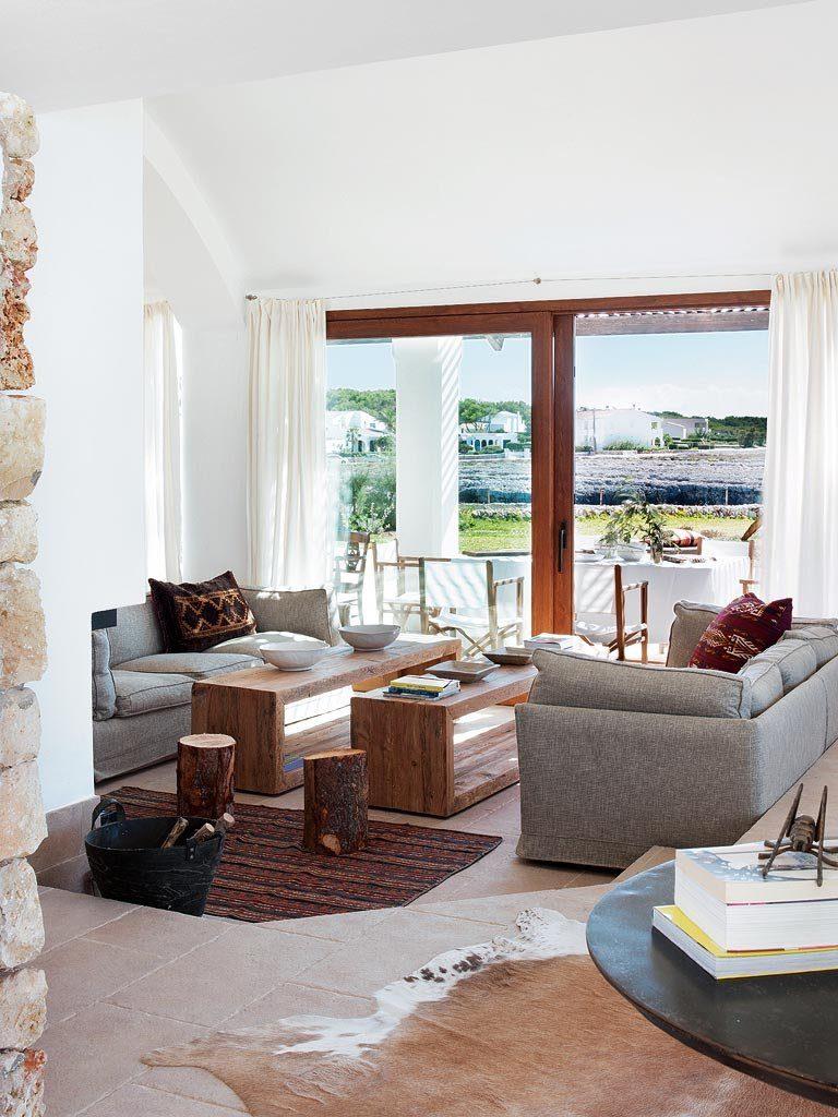 salon2 13 768x1024 - Un precioso de refugio otoñal en una casa llena de luz en Menorca (Baleares)