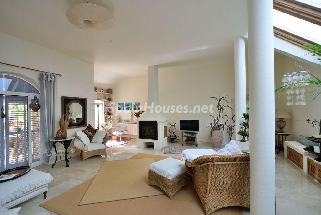 salon2 14 1024x685 - Lujo rústico, naturaleza y encanto en una romántica villa en San José, Ibiza (Baleares)