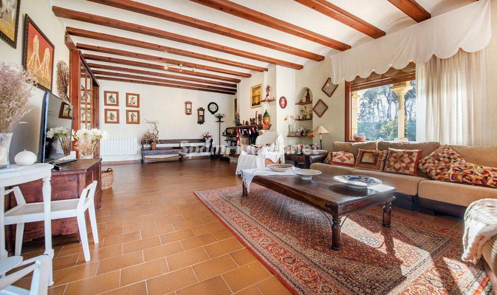 salon2 18 1024x608 - Preciosa casa rústica entre viñedos y naturaleza en el Bajo Penedés, Tarragona
