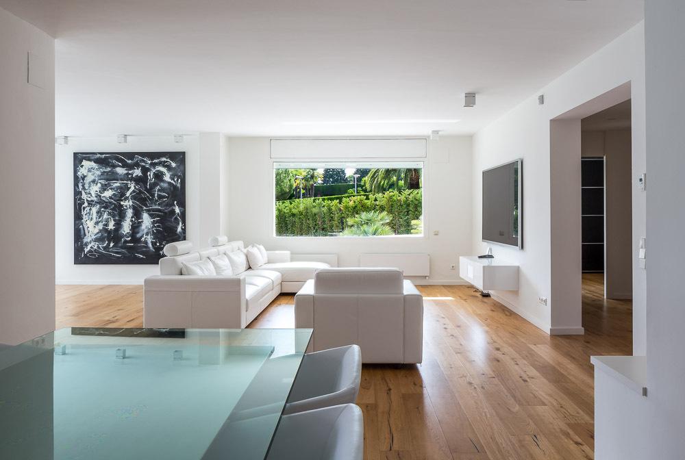 salon2 23 - Casa en Alella (Barcelona), de diseño minimalista y piscina primaveral