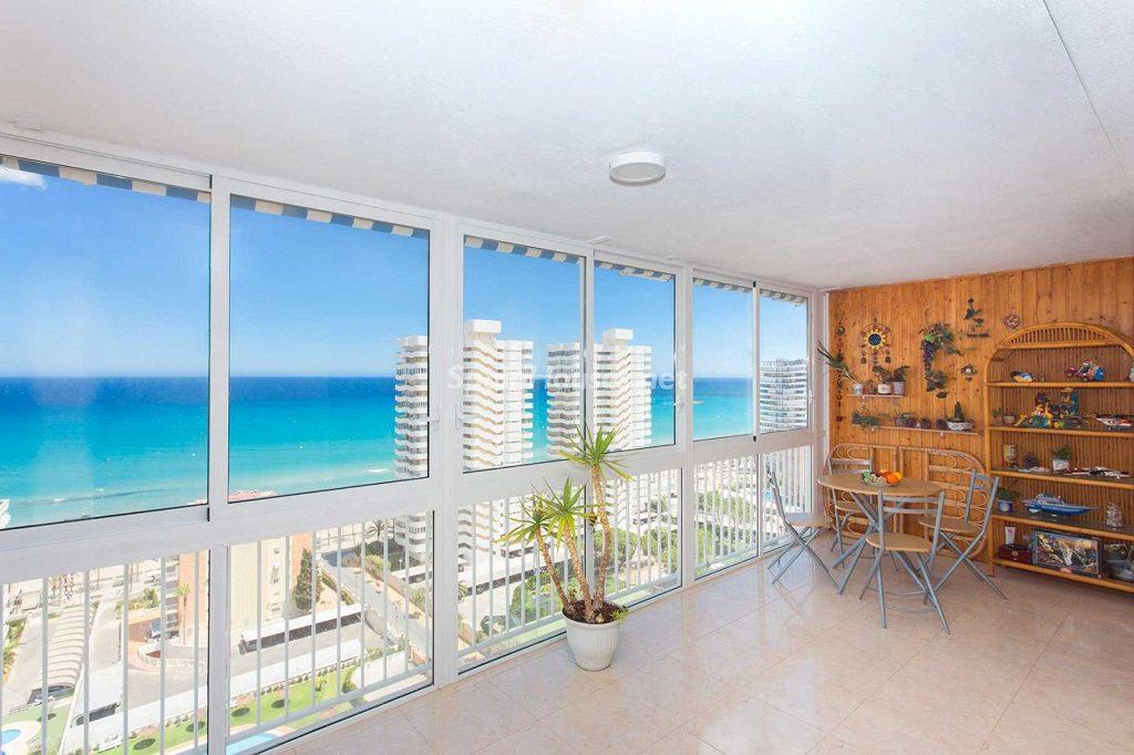 salon2 24 1024x682 - Veranos de luz y vistas al mar en un piso en Playa de San Juan (Alicante)