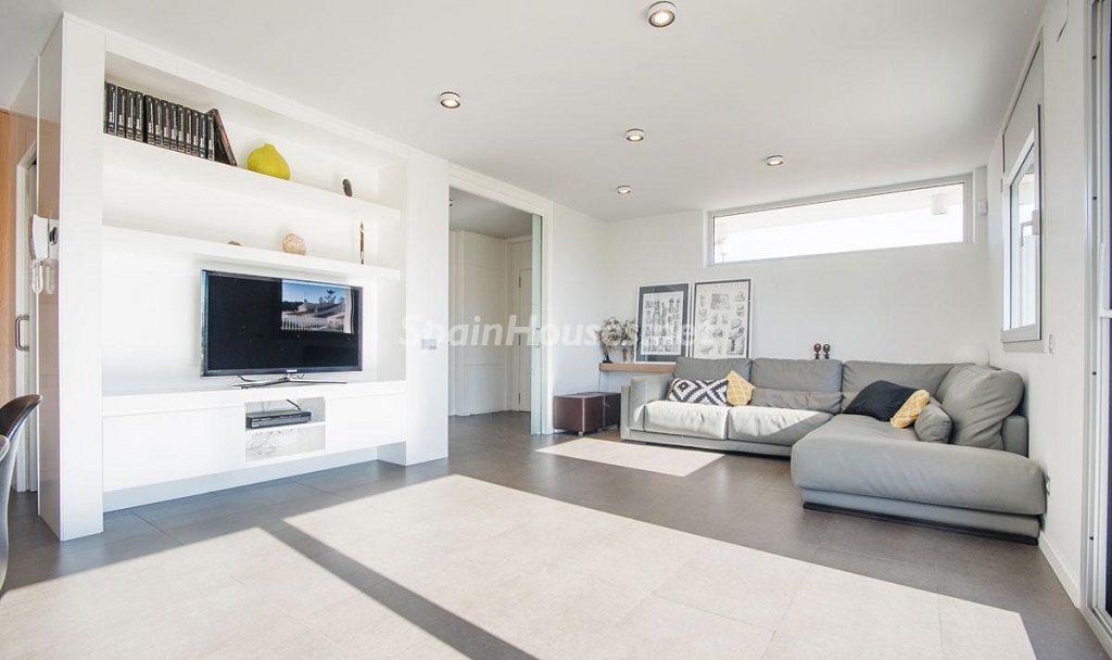 salon2 6 1024x608 - Diseño escandinavo en una soleada casa junto a la playa en Cambrils (Costa Dorada)