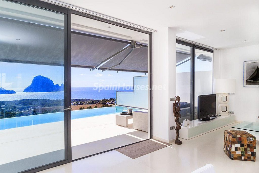 salon3 12 1024x682 - Lujo minimalista para una escapada de vacaciones frente a Es Vedrà, Ibiza (Baleares)
