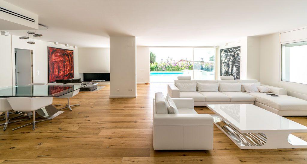 salon3 13 1024x549 - Casa en Alella (Barcelona), de diseño minimalista y piscina primaveral