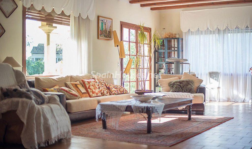 salon3 9 1024x608 - Preciosa casa rústica entre viñedos y naturaleza en el Bajo Penedés, Tarragona