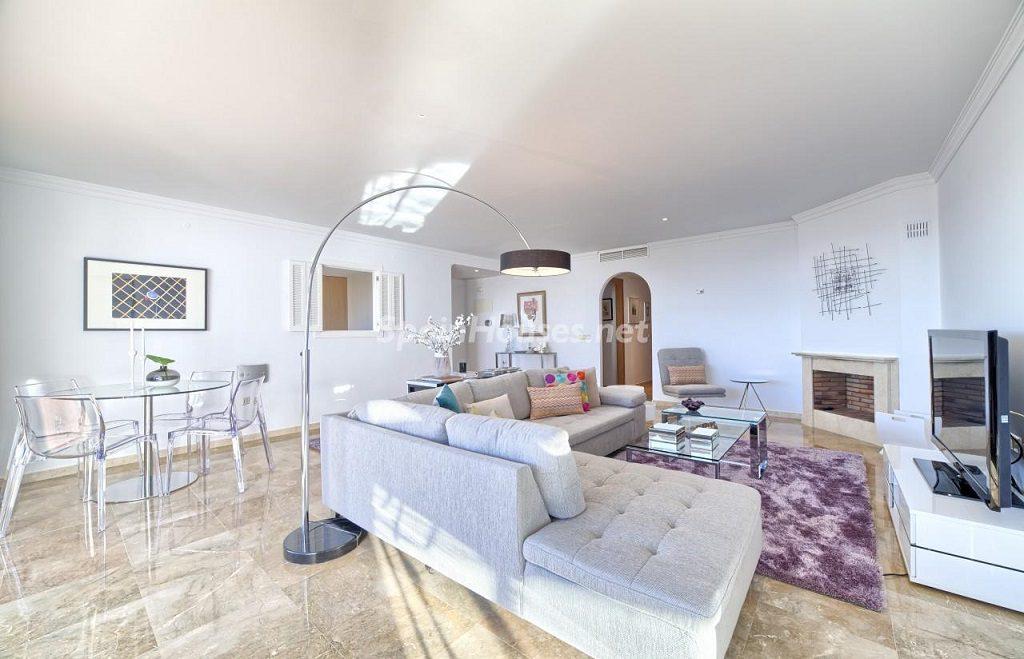 salon4 1 1024x659 - Precioso piso a estrenar en la Sierra de las Nieves (Istán, Marbella), naturaleza a 15 km del mar