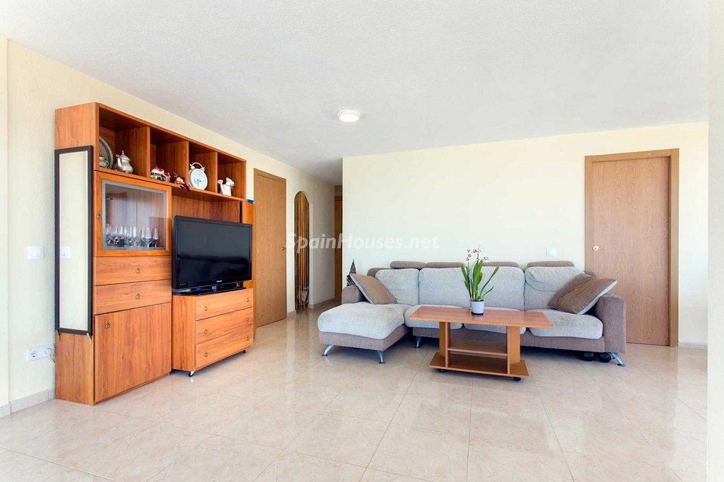 salon4 4 1024x682 - Veranos de luz y vistas al mar en un piso en Playa de San Juan (Alicante)