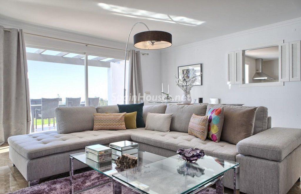 salon5 2 1024x659 - Precioso piso a estrenar en la Sierra de las Nieves (Istán, Marbella), naturaleza a 15 km del mar