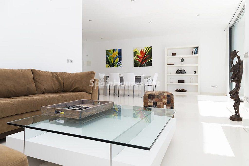 salon5 3 1024x682 - Lujo minimalista para una escapada de vacaciones frente a Es Vedrà, Ibiza (Baleares)