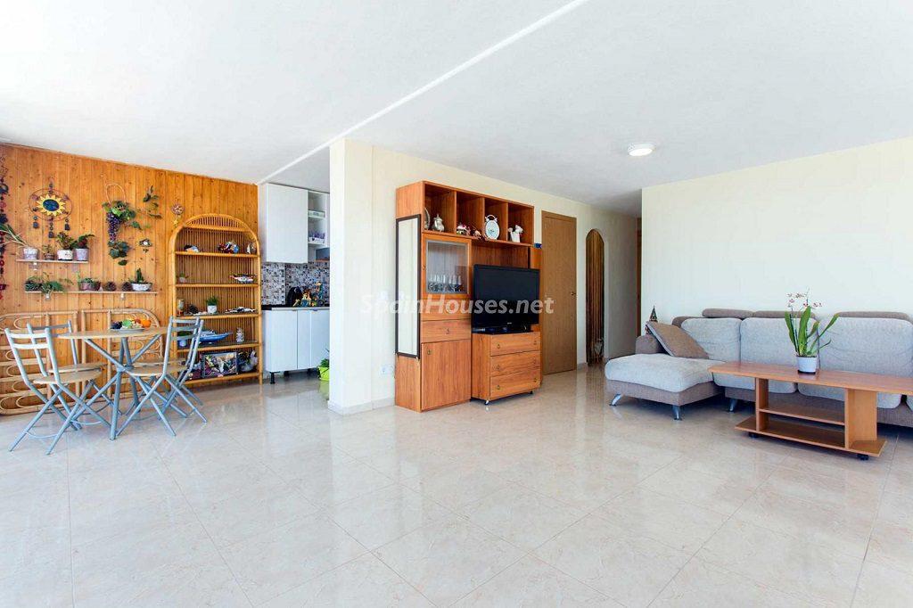 salon5 4 1024x682 - Veranos de luz y vistas al mar en un piso en Playa de San Juan (Alicante)