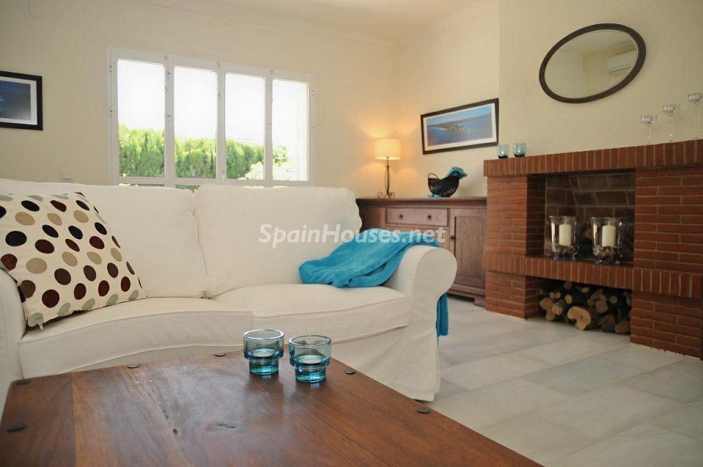 salonychimenea 2 1024x680 - Coqueta villa en Mijas Golf (Costa del Sol, Málaga), con piscina y un bonito porche para disfrutar