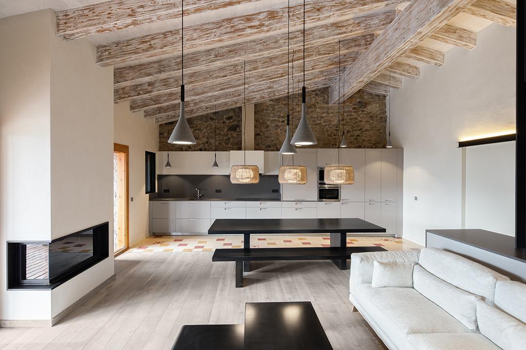 salonycocina1 - La calidez de la madera en una fantástica casa rehabilitada en La Cerdaña catalana
