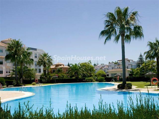 sanpedrodealcantara malaga - Sugerencias refrescantes para el verano: 19 pisos con piscina en la ciudad o junto al mar