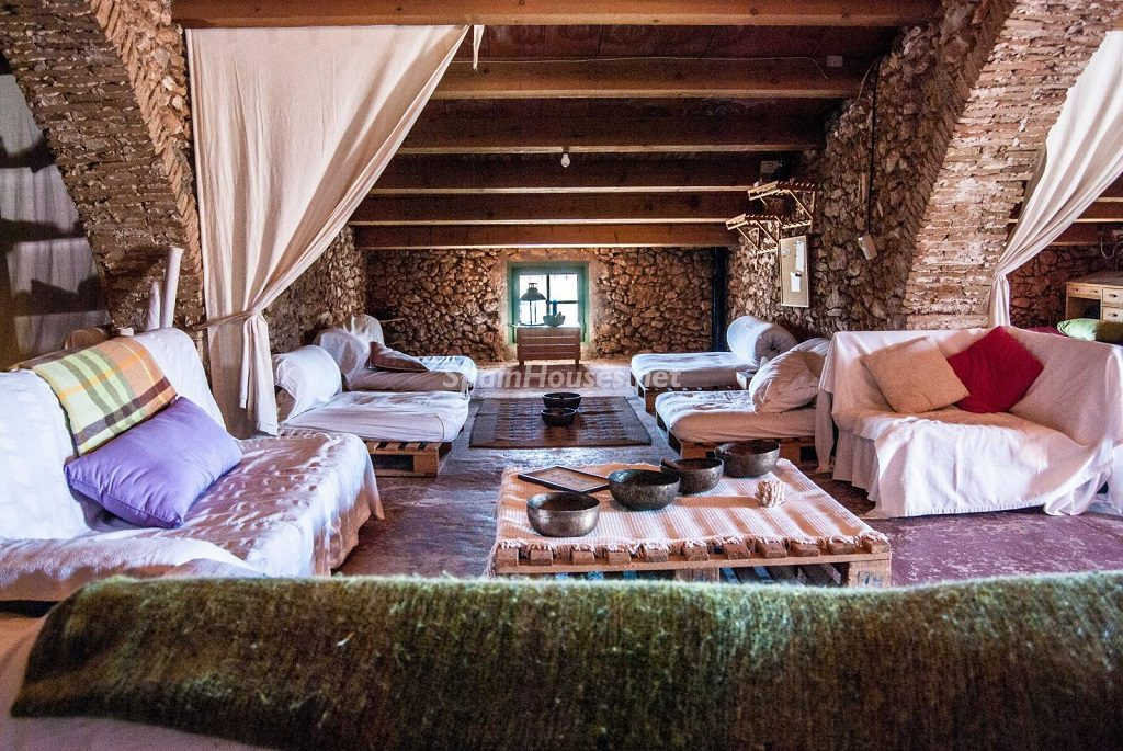 santjaumedelsdomenys tarragona 1024x685 - Nieve, piedra, madera... en 8 bonitas casas y pisos en la montaña