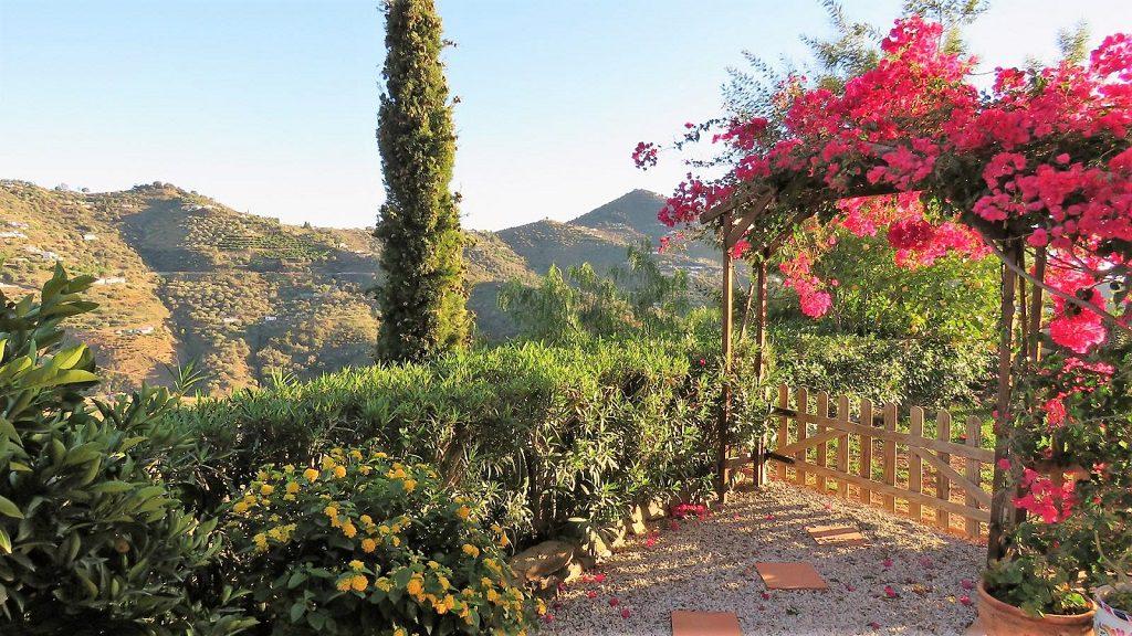 sayalonga malaga 1024x576 - 15 viviendas que ya se visten de primavera: flores y espacios abiertos para disfrutar