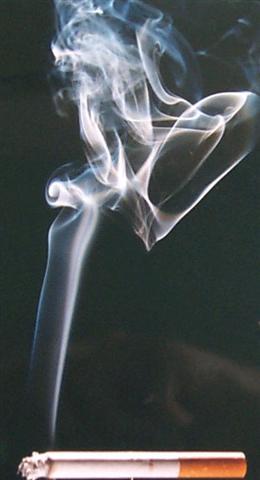 sec hnd smoke cigarette - Viviendas más baratas por dejar de fumar
