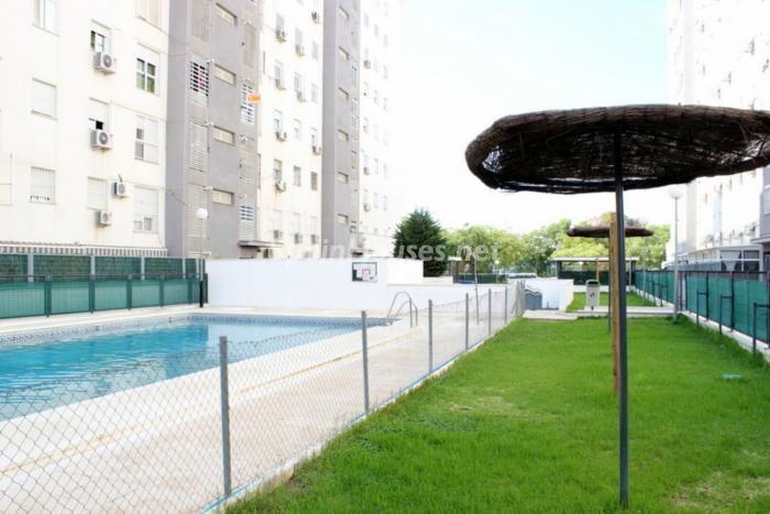 sevilla piscina - A la caza de gangas en Sevilla: 18 pisos por menos de 90.000 euros en Macarena, Torreblanca...