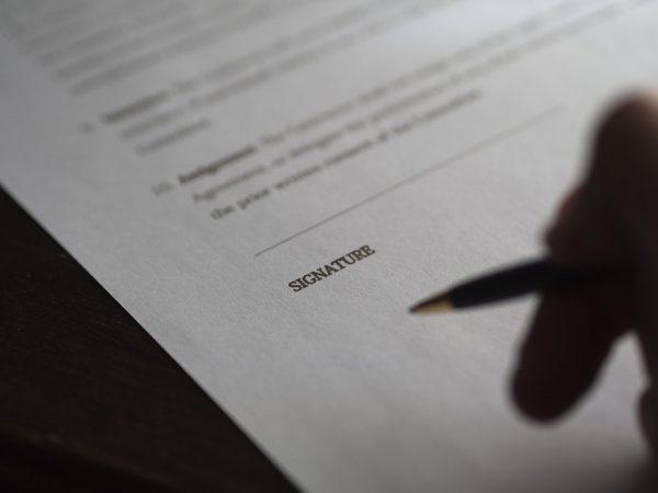 signature 962388 960 720 600x450 - ¿Qué puedo exigir al vendedor de una casa que incumple un contrato de arras?