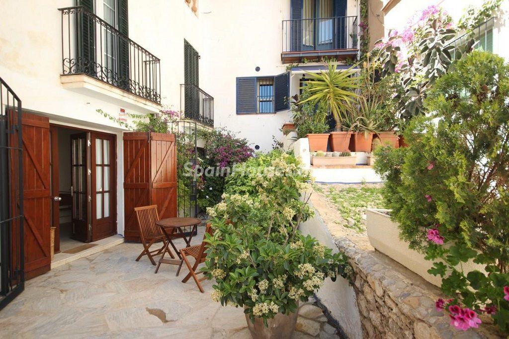 sitges barcelona 5 1024x682 - Patios y rincones con sabor mediterráneo: espacios de luz y primavera
