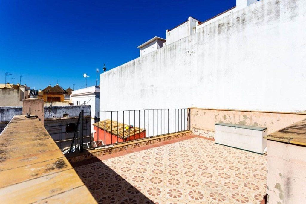 solarium 1 1024x682 - Color tierras florentinas y sabor urbano en una casa en el Casco Antiguo de Sevilla