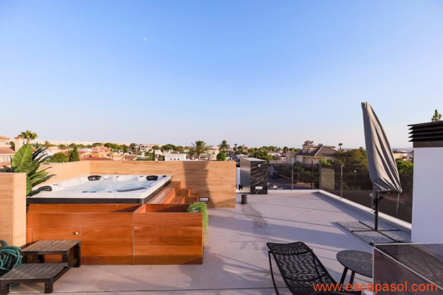 solarium jacuzzi - Casa con piscina privada en la Costa Blanca: la mejor opción para disfrutar de un clima cálido