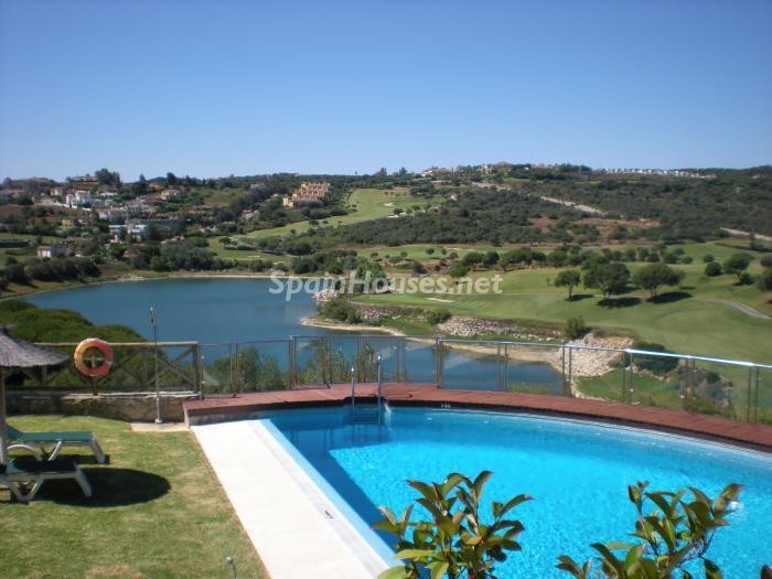 sotogrande cadiz - Verde, sol y mar: 19 fantásticas viviendas a buen precio en campos de golf en España