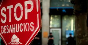 stopdesahucios1 300x154 - La banca rechaza al 40% de familias que piden acogerse al código antidesahucios
