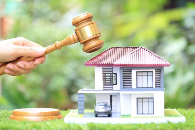 subasta propiedades mano mujer martillo madera modelo casa abogado bienes raices concepto propiedad propiedad 106094 18 - Nueva ley hipotecaria: cambios y novedades