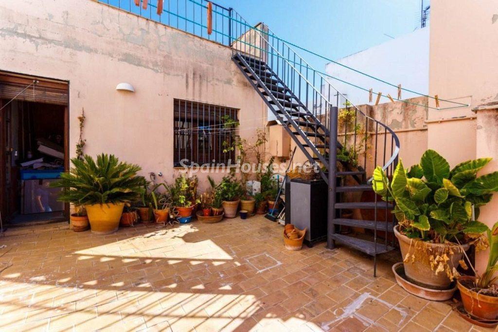 terraza 30 1024x682 - Color tierras florentinas y sabor urbano en una casa en el Casco Antiguo de Sevilla