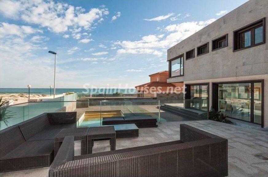terraza 4 - Lujo entre dos mares: Casa en primerísima línea de playa en La Manga del Mar Menor (Murcia)