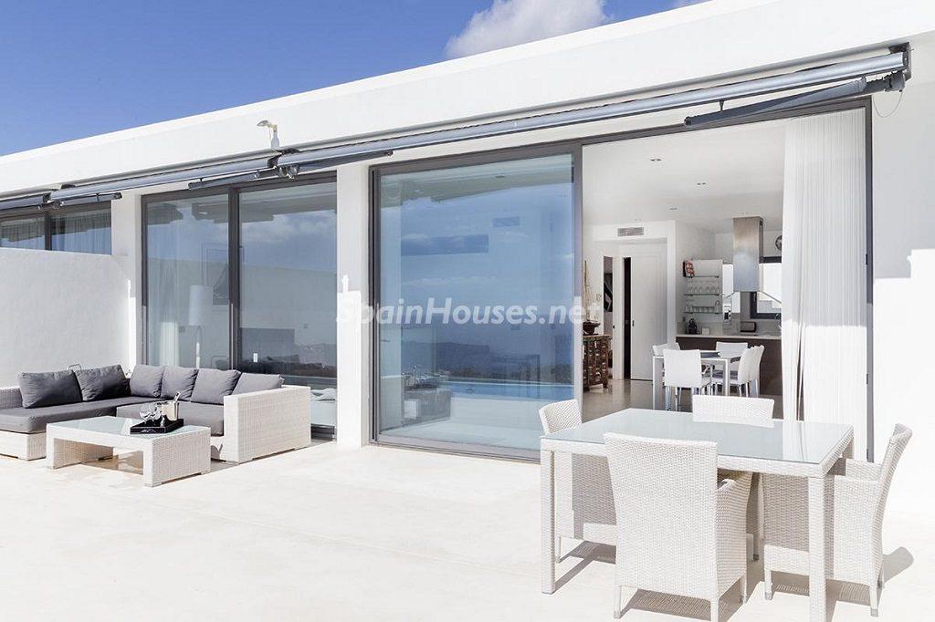 terraza 41 1024x682 - Lujo minimalista para una escapada de vacaciones frente a Es Vedrà, Ibiza (Baleares)