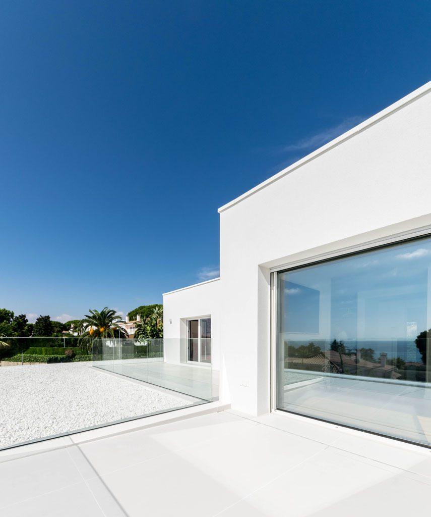 terraza 45 855x1024 - Casa en Alella (Barcelona), de diseño minimalista y piscina primaveral