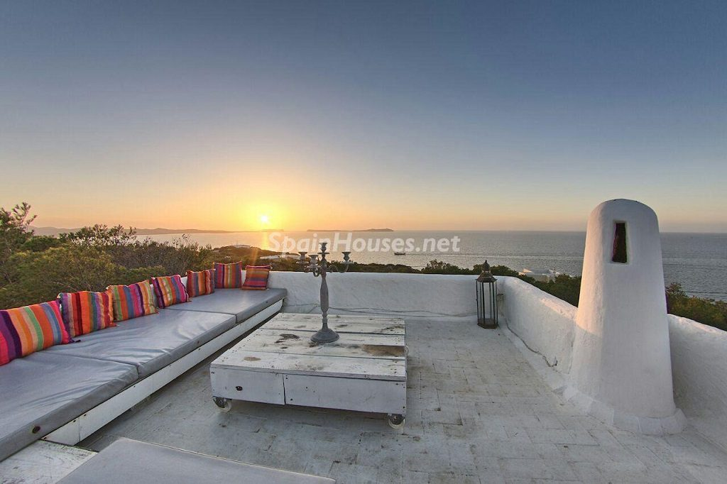 terraza atardecer 1024x682 - Atardecer mágico en Ibiza: Casa en alquiler de puro estilo ibicenco y encanto mediterráneo