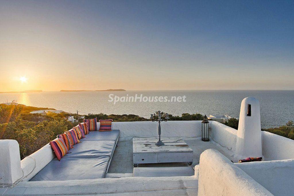 terraza atardecer chillout 1024x681 - Atardecer mágico en Ibiza: Casa en alquiler de puro estilo ibicenco y encanto mediterráneo